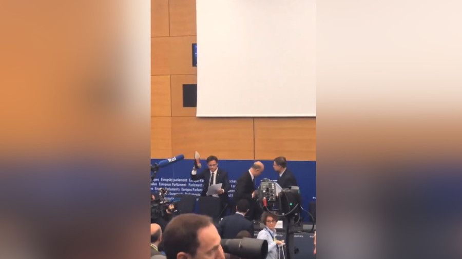 Enraged Lega Nord MEP 'stamps' top EU official's budget papers with 'Made in Italy' shoe
