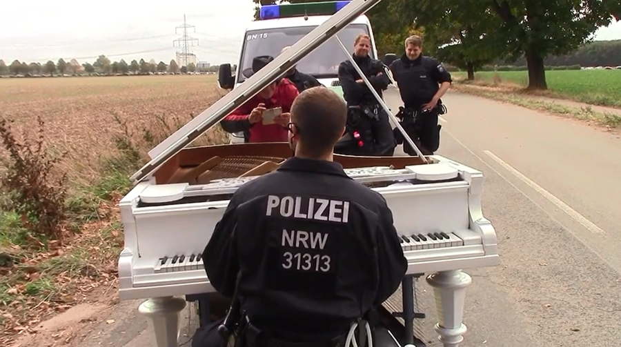 Policeman on piano steals the show at tense environmental standoff in German forest (VIDEO)