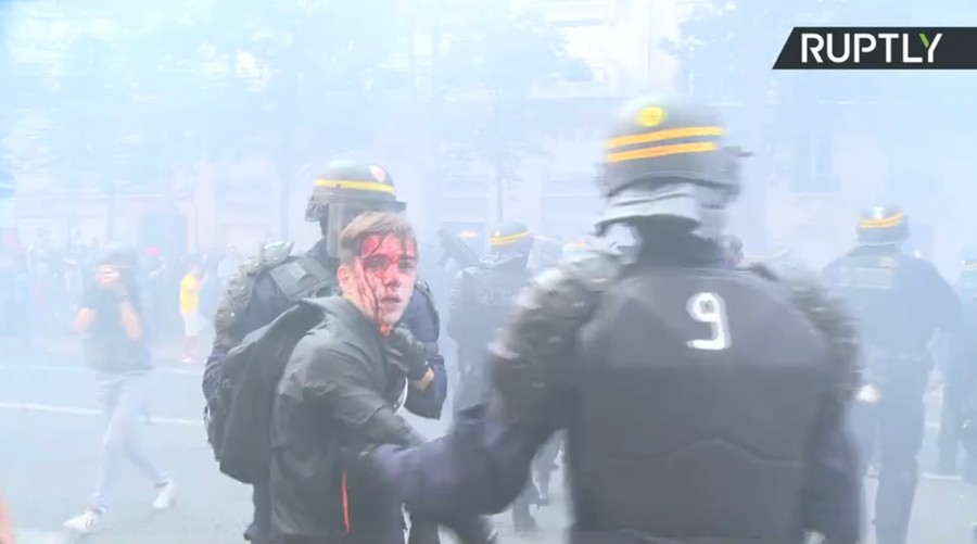 Smoke & blood as French riot police charge union protest against Macron's reforms (VIDEO)