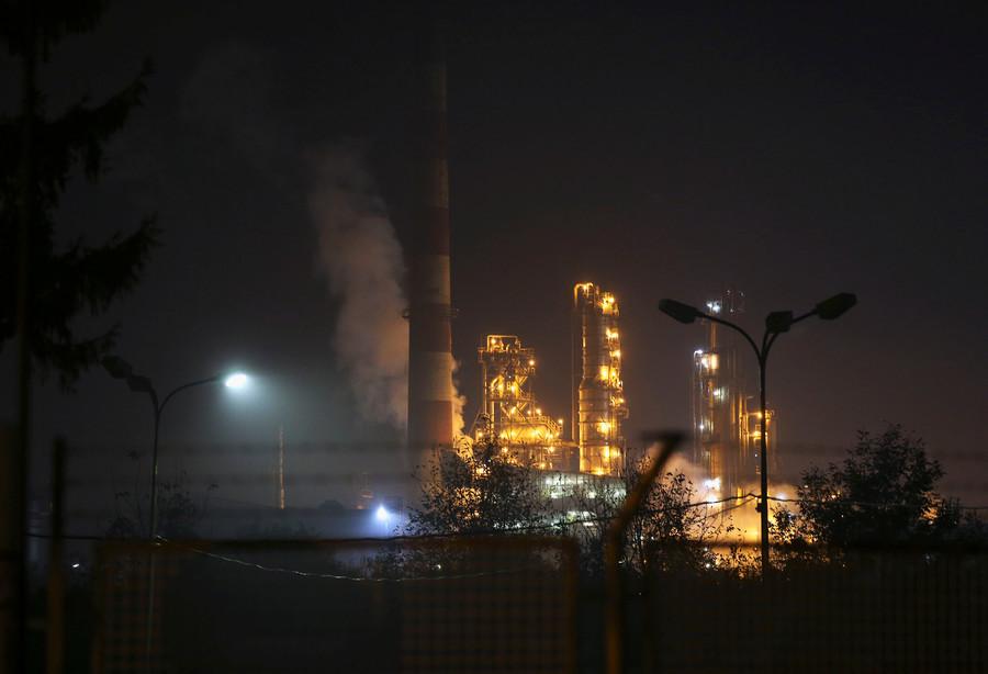 Massive blast sets oil refinery ablaze (VIDEOS, PHOTOS)