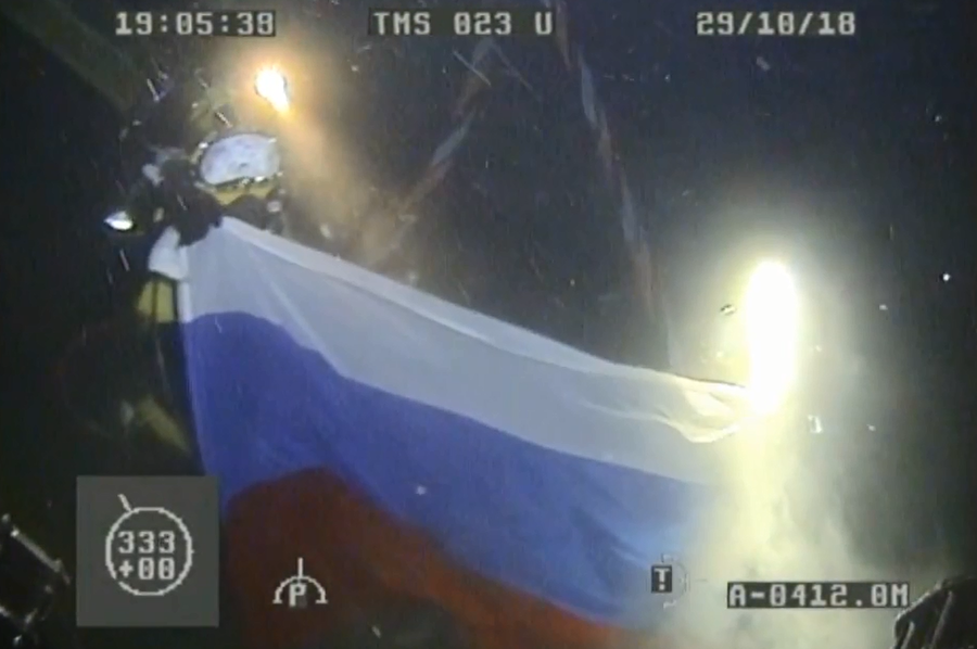 Into the dark: Russian Navy frogmen break record with 416m dive (VIDEO)