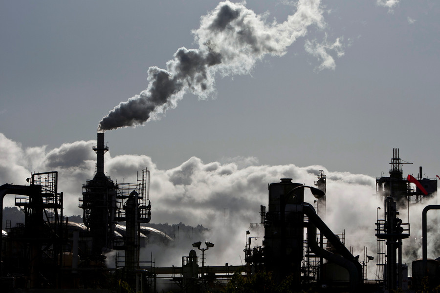 Big Oil lobbying for carbon tax. What's the catch? RT's Keiser Report investigates