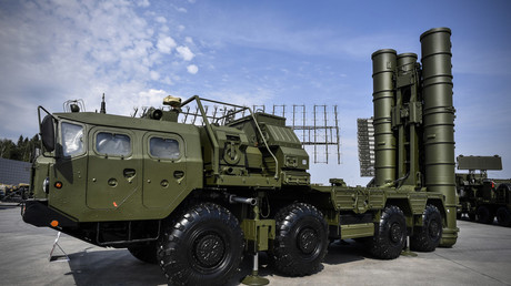 FILE PHOTO: A Russian S-400 anti-aircraft missile launching system © Alexander Nemenov