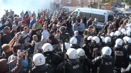 5bc24896dda4c8c0768b463f Polish police use tear gas on right-wing protesters during city's 1st gay rights march (VIDEO)