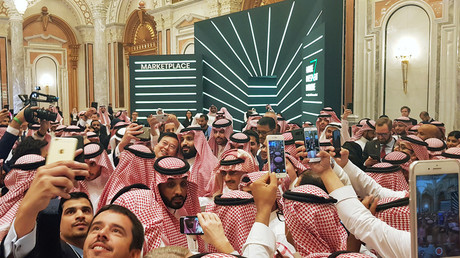 Crown Prince Salman nearly crushed by selfie-hungry Saudi forum guests (VIDEO)