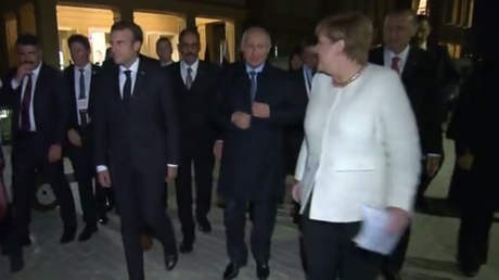 'Siberian coat'? Merkel confronts Putin with startling question in Russian (VIDEO)
