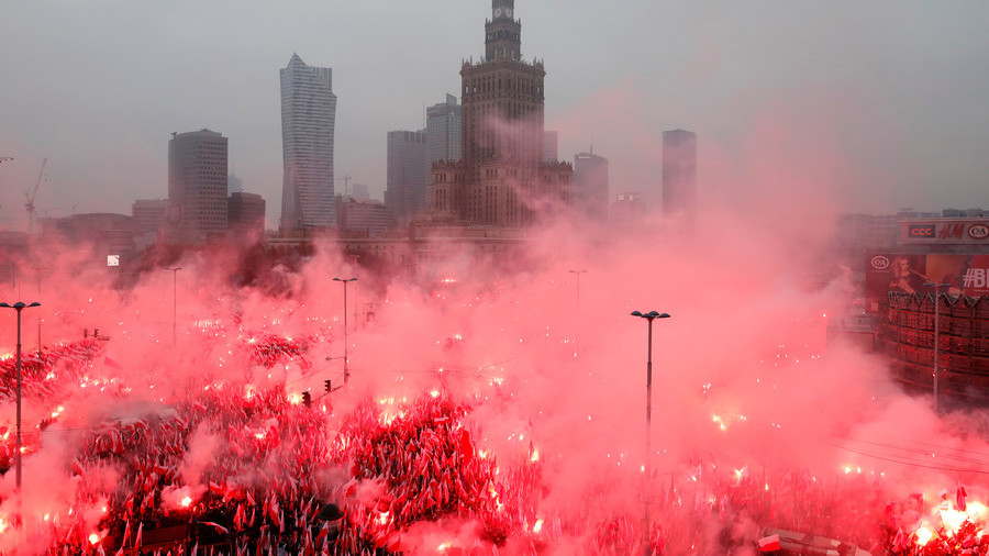 WATCH thousands of far-right marchers light a SEA OF FLARES in Poland as police look on (VIDEO)