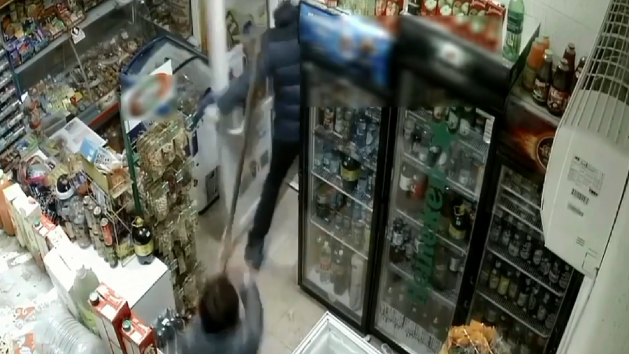 Mop, one - Gun, zero: Shop assistant uses simple cleaning device to fend off armed robber (VIDEO)
