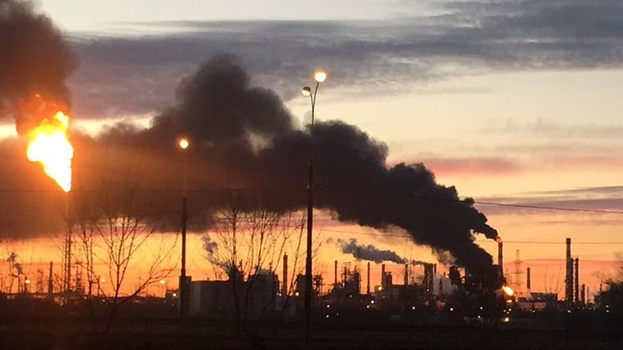 Meter-high flames & huge plumes of smoke as Moscow oil refinery catches fire (PHOTO, VIDEO)
