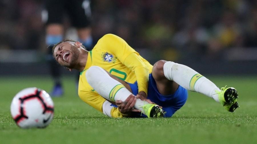 Best of enemies: PSG teammates Neymar and Cavani clash during Brazil v Uruguay 'friendly'