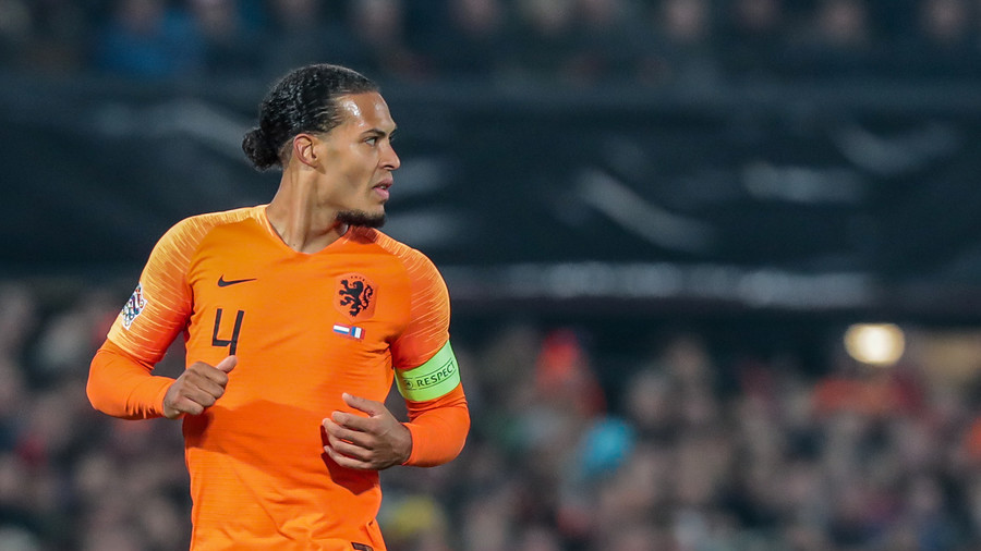 Van Dijk Warmly Embraces Teary-Eyed Referee Whose Mother Passed Away
