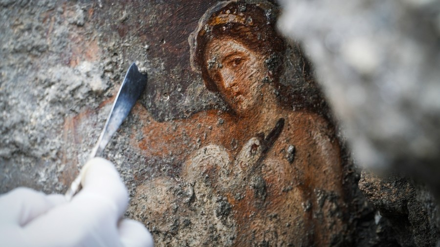 Stunning 'erotic' fresco unearthed in Pompeii bedroom (PHOTOS)