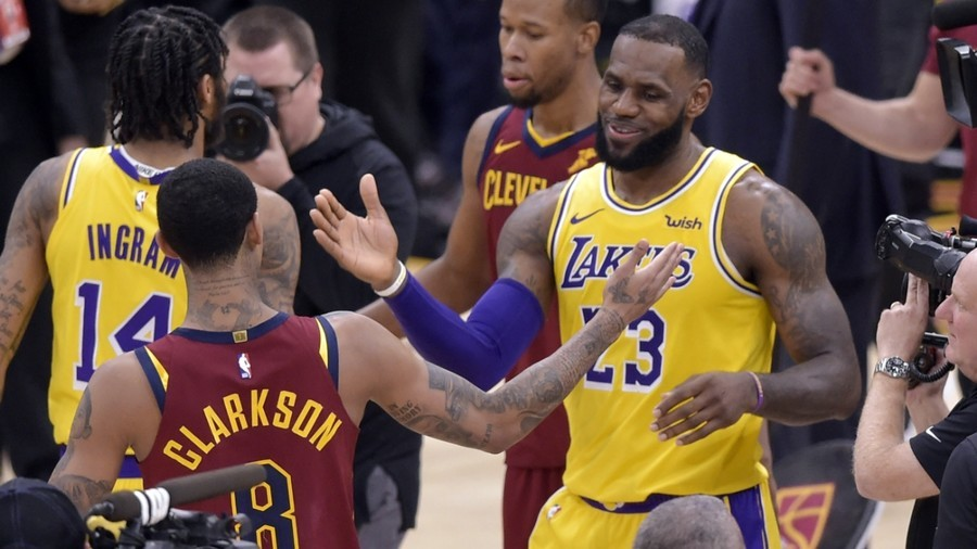 LeBron James gets hero's reception on Cleveland return