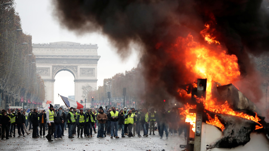 Battlefield Paris: Police hit protesters with tear gas as massive fuel rallies grip France (VIDEO)