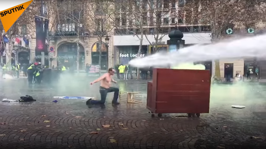 No yellow vest required: This half-naked Frenchman & 'old piano' challenge Macron's cops (VIDEO)