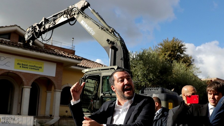 Salvini takes dig at organized crime … by wrecking mafia villa (PHOTOS, VIDEO)