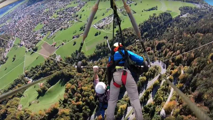 Horrifying VIDEO: Man hangs on to glider at over 1,000 meters after pilot fails to attach harness