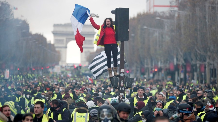 Going nationwide: 2/3 of French back anti-govt Yellow Vests protests, poll shows