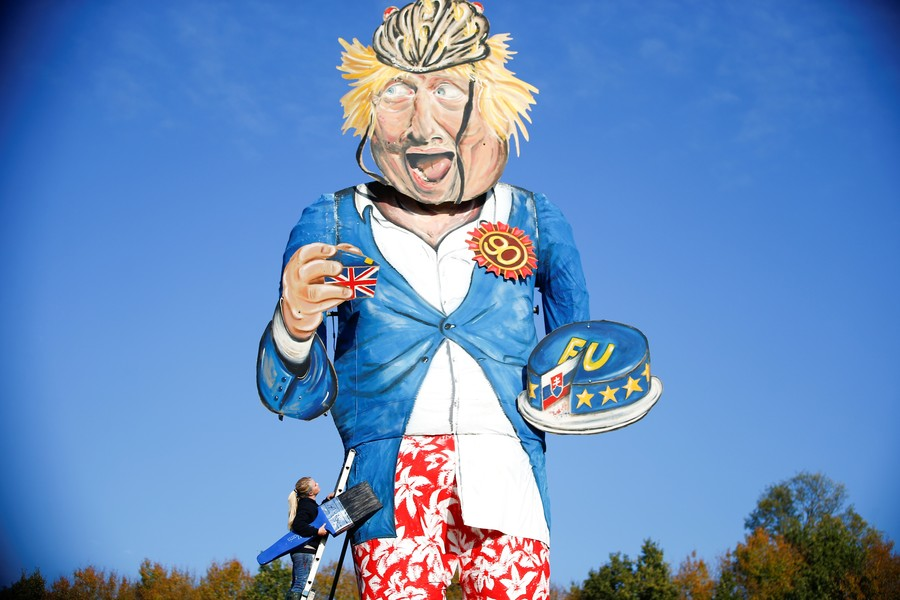 11-meter Boris Johnson dummy burned at the stake on Bonfire Night (VIDEO)