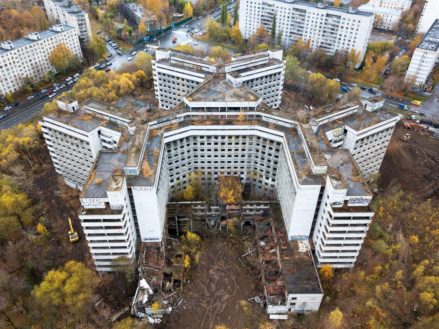 Huge crane crushes abandoned Moscow horror hospital once home to Satanists & murderers (DRONE VIDEO)
