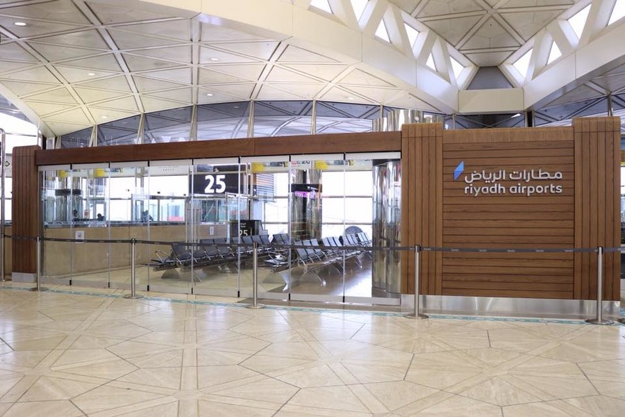 Torrential downpour bursts ceiling tiles at Saudi airport (VIDEOS)
