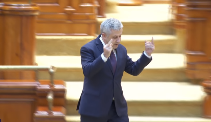 Double middle finger…to EU? Top Romanian official slams union, makes 'offensive gestures' (VIDEO)