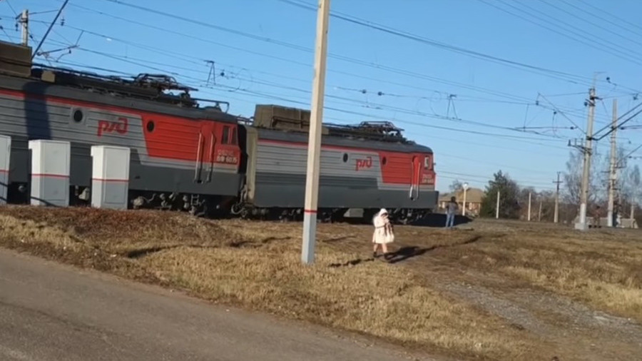 Cargo train derails in Russia but keeps going WITHOUT tracks (VIDEO)