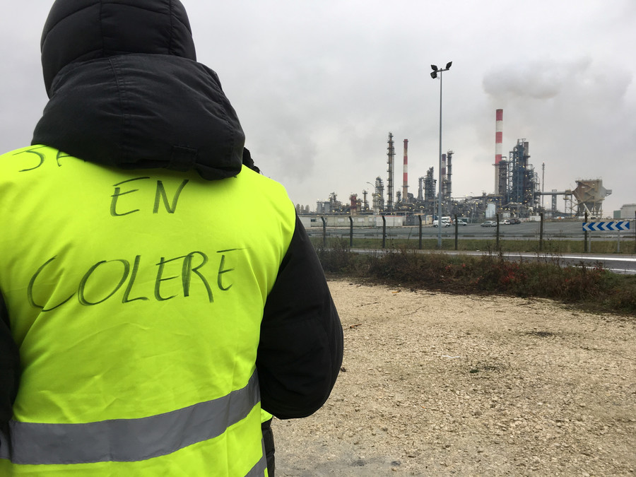Man wearing yellow vest threatens to explode grenade in western France (VIDEO)
