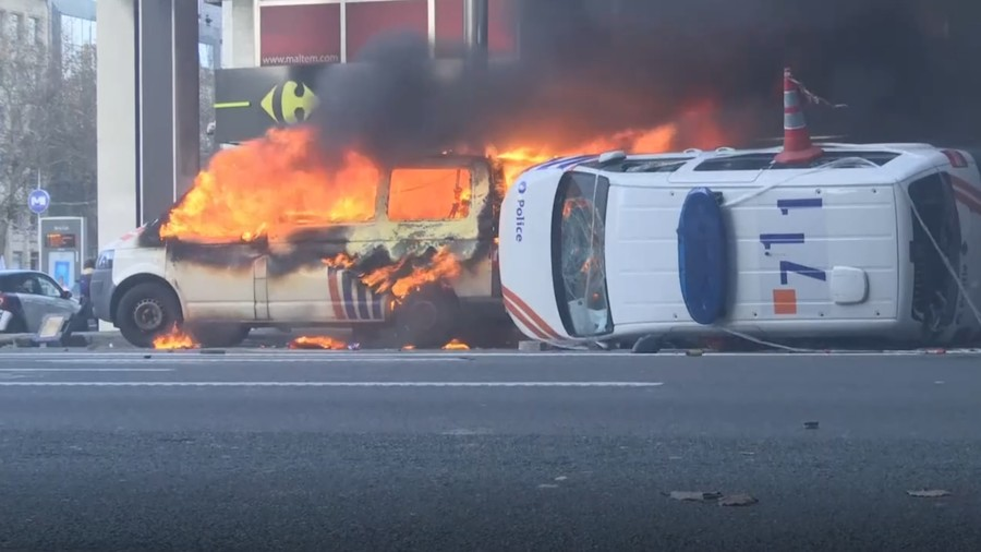 Arrests, water cannon & a burning car: Yellow Vest protests spread to Brussels (PHOTOS, VIDEOS)