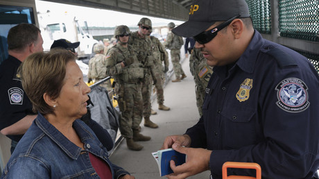 A US Customs and Border Patrol agent speaks with a Cuban asylum seeker in Texas © AFP / John Moore