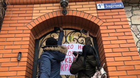 Ukrainian church independence supporters storm residence of split opposing top cleric (VIDEO)