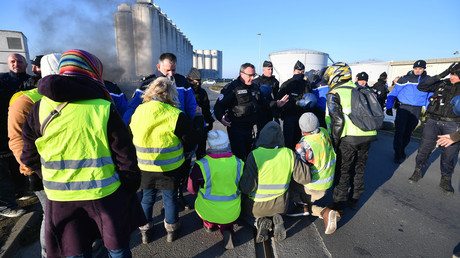 The 'Yellow Vests' block an oil depot at La Rochelle © AFP / Xavier Leoty