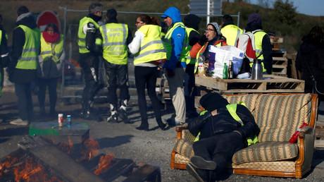5bf89f89dda4c87a548b45f7 French trade union threatens to shut down 3 Total refineries pending last-minute salary talks