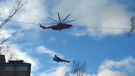 Look up in the sky! It's a bird… It's a helicopter, carrying a military jet (VIDEO)