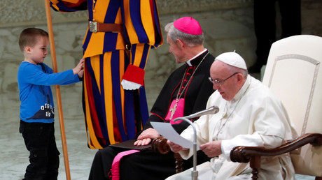 Mute boy storms stage at Pope Francis audience, steals the show by playing &annoying Swiss Guard