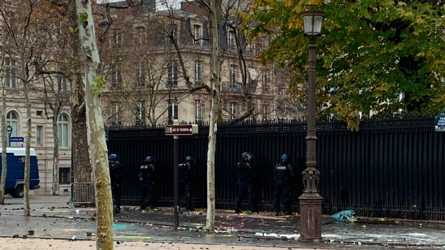 Mon dieu! French police pee on street near Qatari embassy (PHOTO)