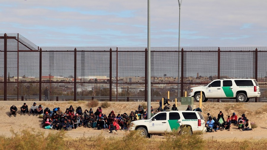 400+ caravan migrants detained after crossing border fence in Texas