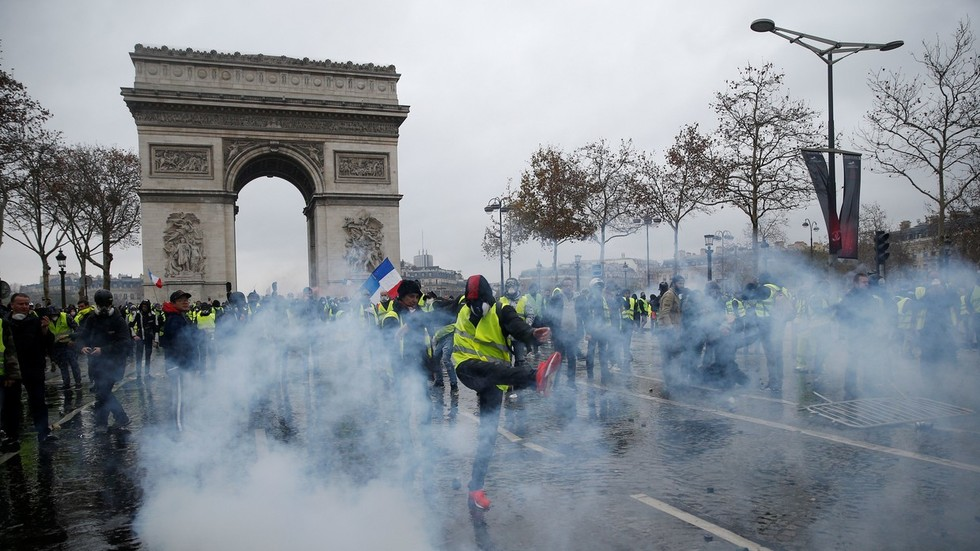 Yellow vest riots: Paris woman pepper sprayed in face by police