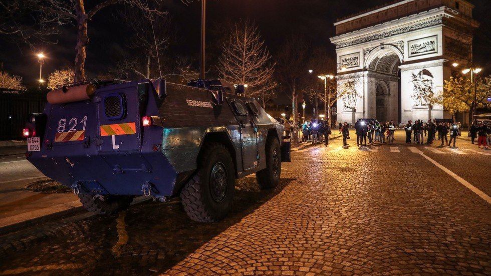 Armored vehicles arrive in Paris as capital gears up for another round of mayhem (PHOTOS, VIDEO)