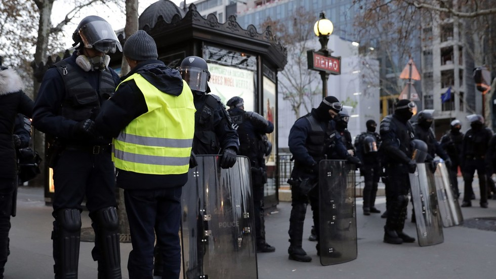 Police arrest 300+ in Paris ahead of mass Yellow Vest protests