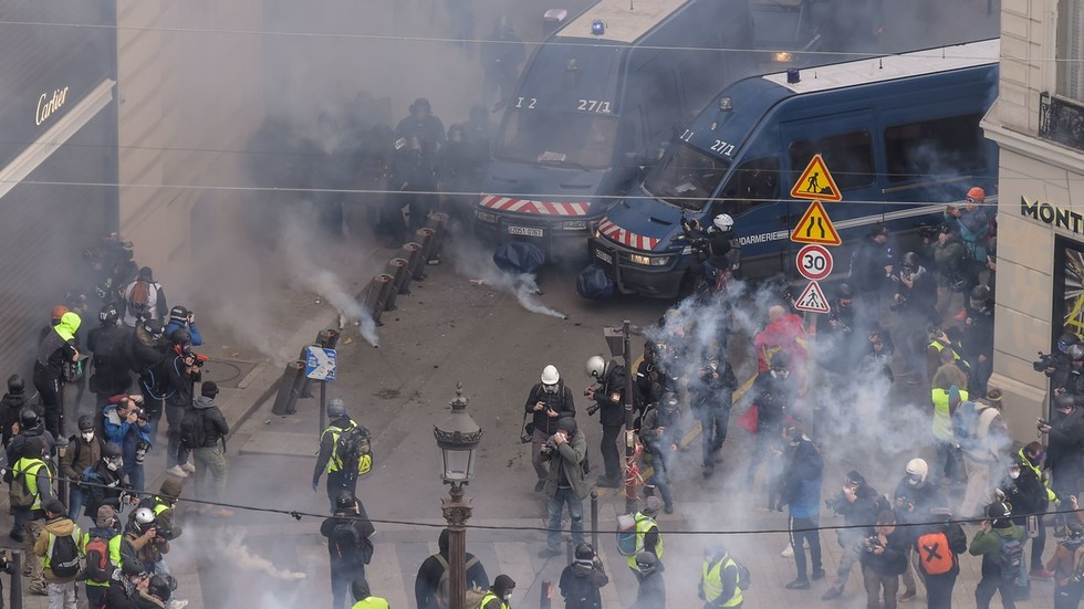 100s detained, tear gas fired: Yellow Vest mayhem hits Paris on 4th weekend (WATCH LIVE)