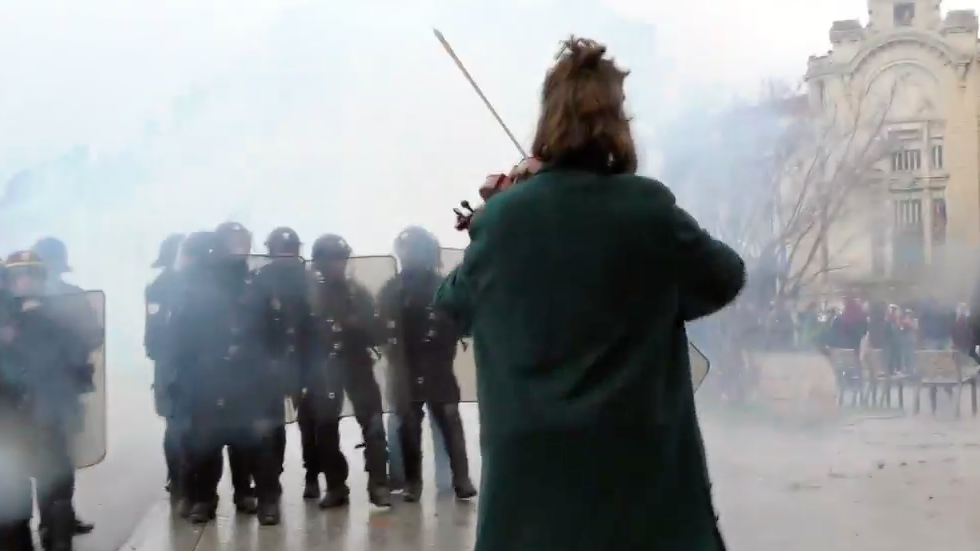 Music in mayhem: Artists hit the streets with Yellow Vest protesters (VIDEOS)
