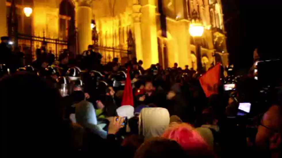 Protesters besiege Hungarian parliament, clash with police over 'slave law' (VIDEOS)