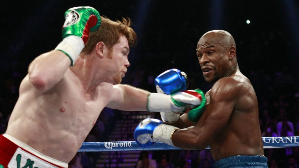 Canelo Alvarez knocks out Rocky Fielding in the third round