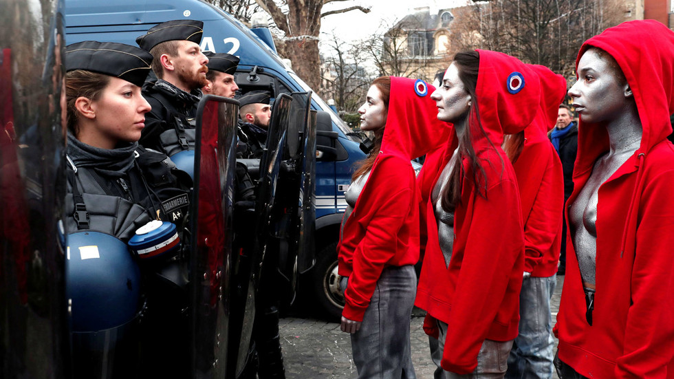 Bare-breasted, silver-painted 'Mariannes' confront police in Paris (PHOTOS)