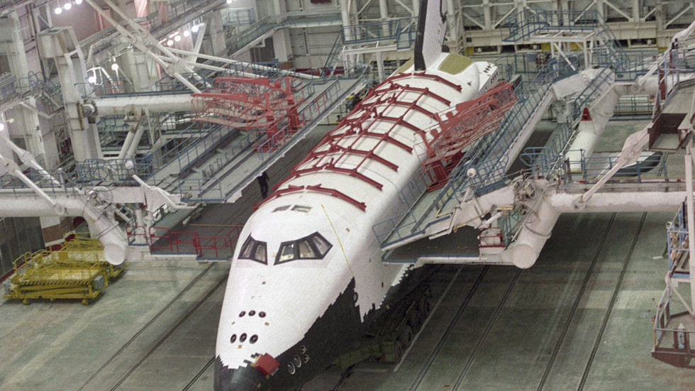 Roaming explorers sneak inside legendary Soviet Buran spaceship husk (PHOTO, VIDEO)