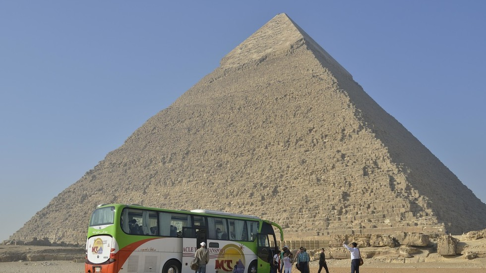 4 dead, 10 injured in tourist bus blast near Giza pyramids in Egypt