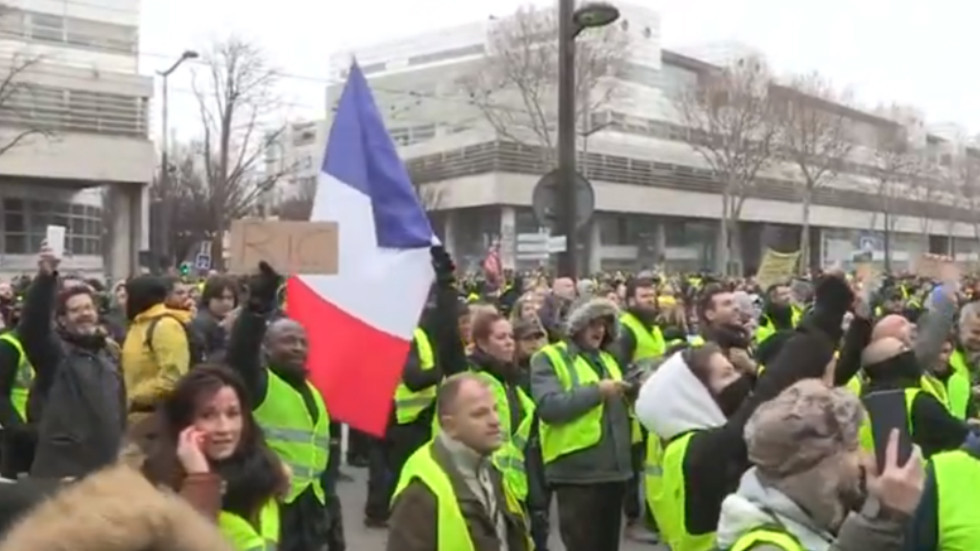 'Journalists come down': Yellow Vests chant 'fake news' outside French TV station (VIDEOS)