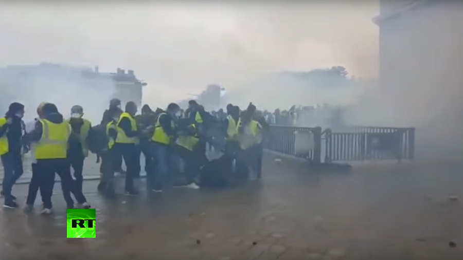 Angry mob attacks police officer during Yellow Vest protests in Paris (VIDEO)