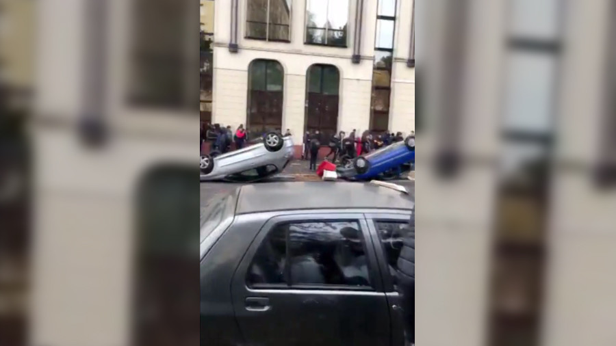 WATCH French students gripped by Yellow Vest protest spirit OVERTURN cars in Orleans